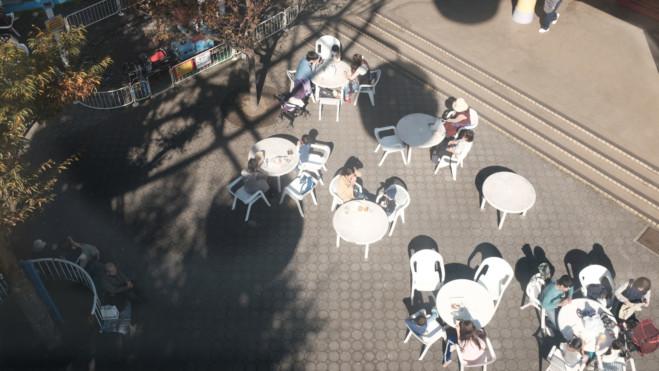 遊園地で遊ぶ人たち