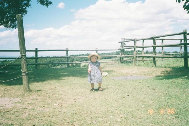 牧場で遊ぶ娘
