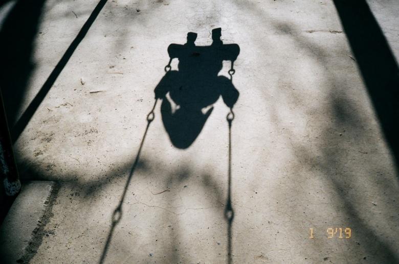 ブランコに乗る娘の影