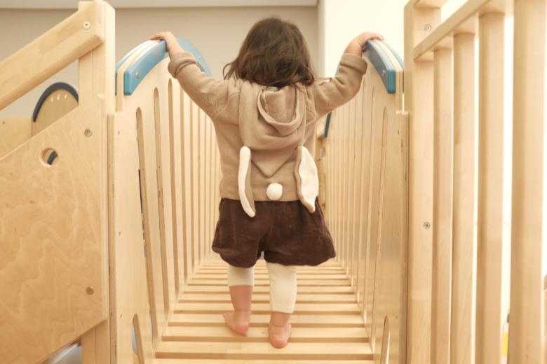 橋を渡る娘