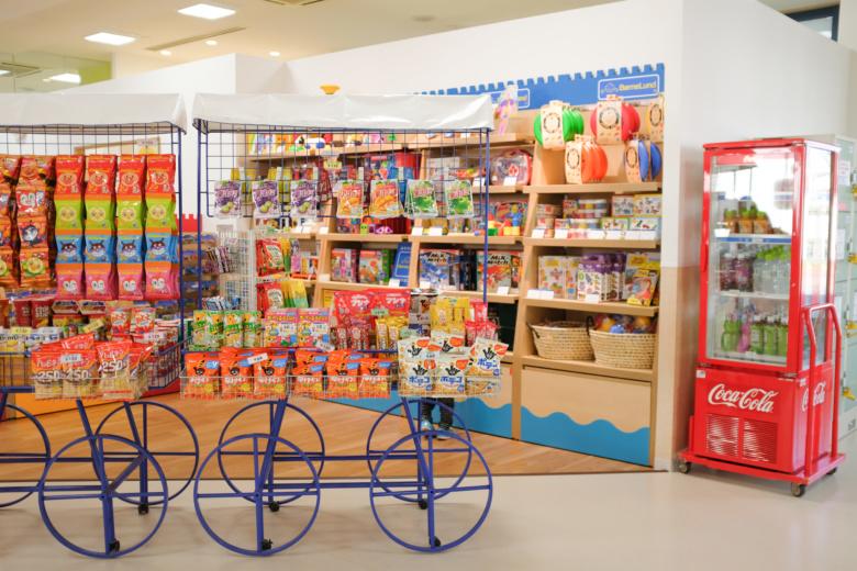 魅惑のお菓子・おもちゃコーナー