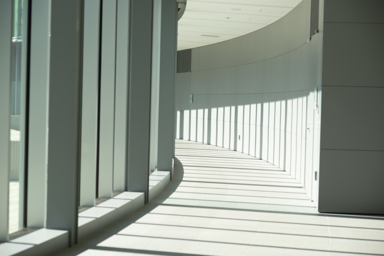 ガラス張りの廊下