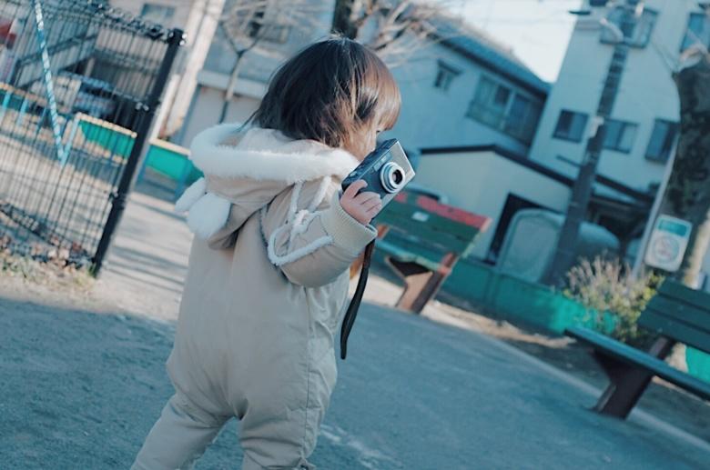 子供が片手で持てるカメラ