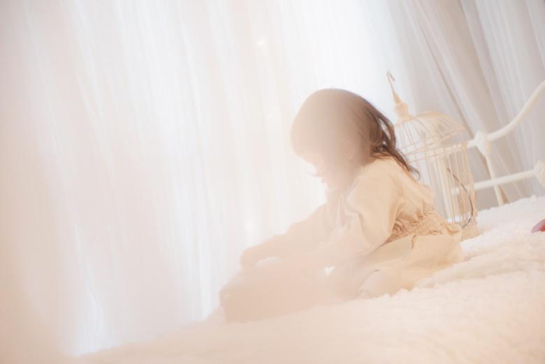ベッドの上で遊ぶ娘