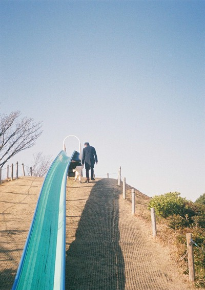 滑り台に向かうパパと娘