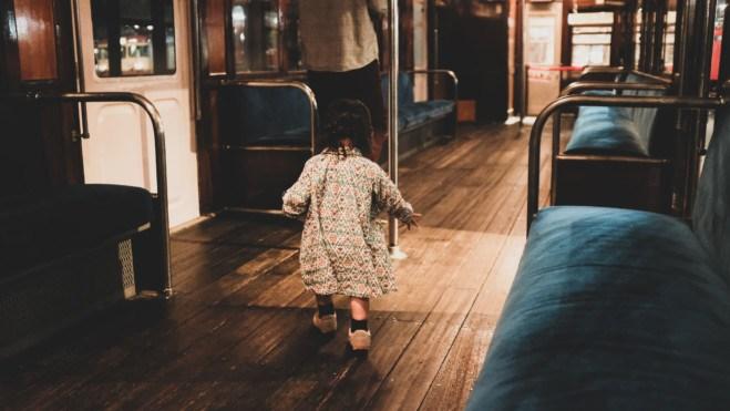 電車の中で楽しむ娘